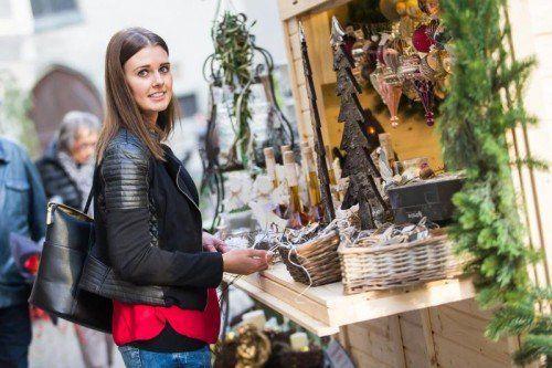 Nicole aus Gantschier sucht auf dem Feldkircher Weihnachtsmarkt die passenden Geschenke. Foto: VN/Steurer