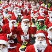 Weihnachtsmänner laufen für den guten Zweck