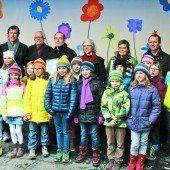 Eine Fantasieblumenwiese erhellt den Schulhof in Lochau