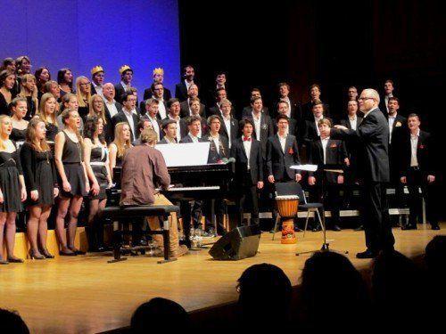 Rund 80 Sängerinnen und Sänger zwischen 16 und 28 Jahren sorgten für ein gelungenes Weihnachtskonzert. Foto: ju