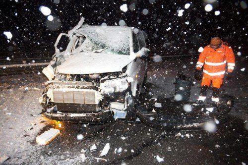 Sieben jugendliche Fahrgäste und der Lenker dieses Taxisbusses wurden bei dem Unfall auf der A 14 verletzt.  Foto: Mathis