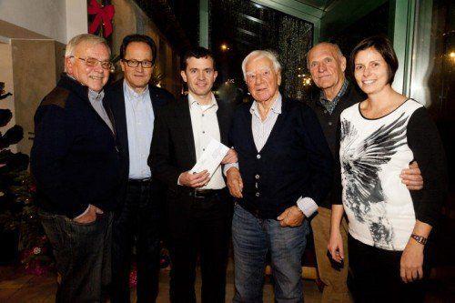 Stammtischpräsident Paul Frick (l.), Walter Herbolzheimer, Martin Summer sowie Rudolf Begle mit Heinrich Keckeis und Katharina Wöß-Krall.