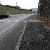 Risse und Schlaglöcher auf Gehweg – Fußgänger fordern rasche Reparatur