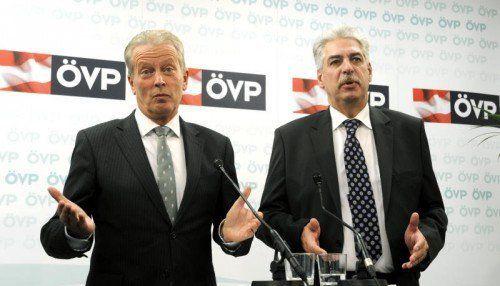 Trotz Weihnachten wollen Mitterlehner (l.) und Schelling in Sachen Steuerreform keine Geschenke verteilen, sagten sie in Wien. FOTO: APA