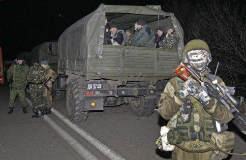 Ukrainische Gefangene auf dem Transport zum Treffpunkt für den Gefangenenaustausch in der Nähe von Donezk. FOTO: EPA