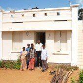 Neue Häuser und Boote für indische Fischer