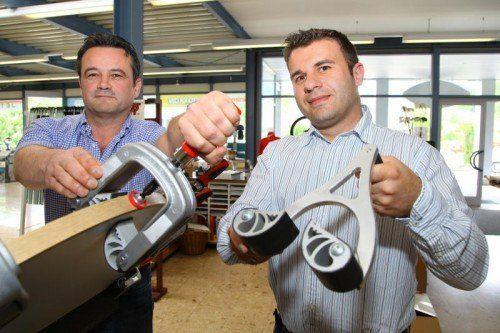 Walter und Thomas Zimmermann (v. l.) zeigen eindrucksvoll die Vorzüge ihrer Spezialzwingen.  Foto: VN/Hofmeister