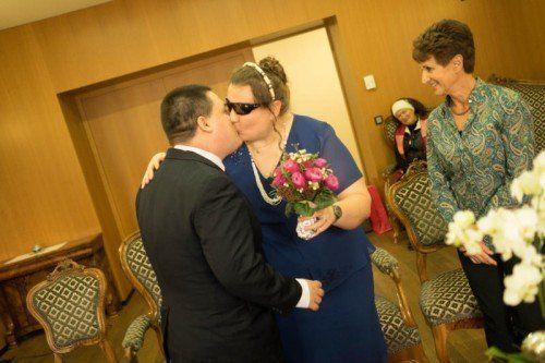 William und Beatrix beim Kuss aller Küsse. Am Standesamt als frisch Vermählte. Fotos: VN/Hartinger