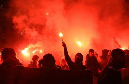 ABD0096_20150130 - WIEN - ÖSTERREICH: Eine Kundgebung im Rahmen von Protesten gegen den Akademikerball am Freitag, 30. Jänner 2015, in Wien. - FOTO: APA/HERBERT P.OCZERET