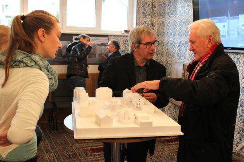 Architekt Bruno Spagolla (Mitte) stellte das Moschee-Projekt vor und stellte sich den Fragen aller Interessierten.  Foto: VN/js
