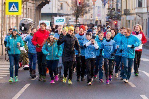 Auf der ersten Etappe des Fackellaufs starteten 900 Schüler der HTL Bregenz und der VMS Hörbranz sowie rund 100 Polizeischüler. Mit dabei waren auch Vorarlberger Sportlergrößen. Fotos: Steurer/3, EYOF2015