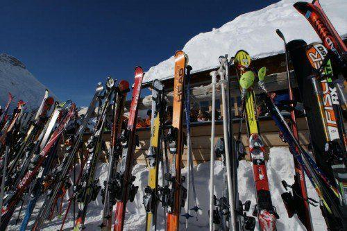 Beliebte Gaunereien in den Wintersportorten sind der echte und der vorgetäuschte Skidiebstahl.  Foto: L. Berchtold