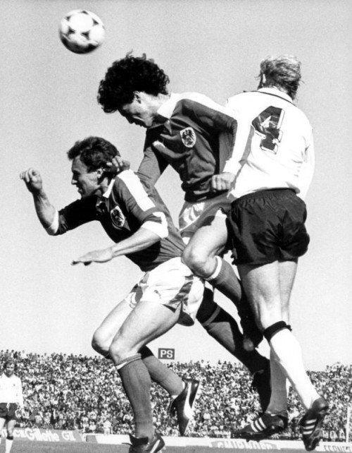 Bild aus dem legendären WM-Spiel gegen Deutschland 1978 in Cordoba: Bruno Pezzey (Mitte) im Luftduell mit dem Deutschen Rolf Rüssmann (r.) und Teamkollege Robert Sara. Foto: apa
