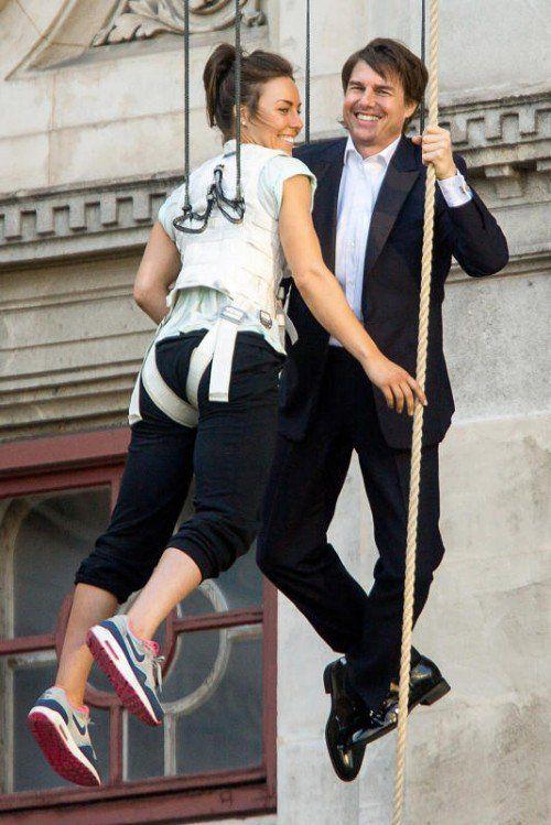 """Cruise, im Bild mit einer Stuntfrau, bei den Dreharbeiten zu """"Mission: Impossible 5"""" vor der Wiener Staatsoper. Foto: APA"""