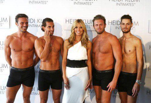 Das deutsche Model umringt von halb nackten Männermodels bei der Präsentation der Kollektion. Foto: EPA