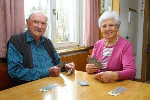 Das Ehepaar aus Feldkirch-Altenstadt spielt jeden Tag mit großer Freude Karten.