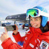 App in den Schnee mit Ski und Handy