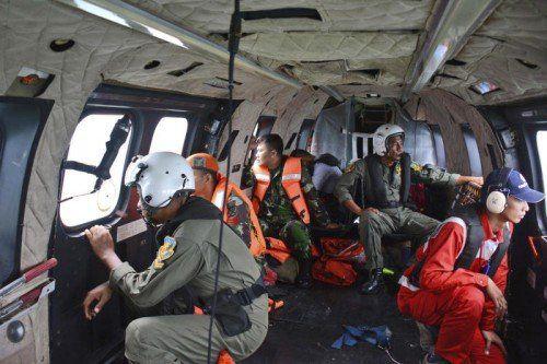 Die Ermittler gehen davon aus, dass niemand an Bord den Absturz überlebt hat. Die Unfallursache ist noch unklar.  Foto: AP