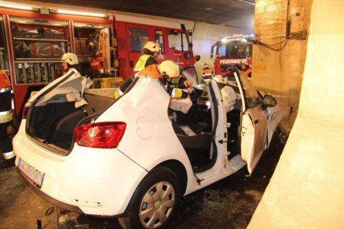 Die Feuerwehr trug das Dach des Autos ab, um die verletzte Fahrerin aus dem Wrack zu befreien.  Foto: VOL.AT