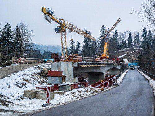 Die neue Brunsttobelbrücke soll im Sommer befahrbar sein. Derzeit wird das Lehrgerüst abmontiert.  Foto: mk
