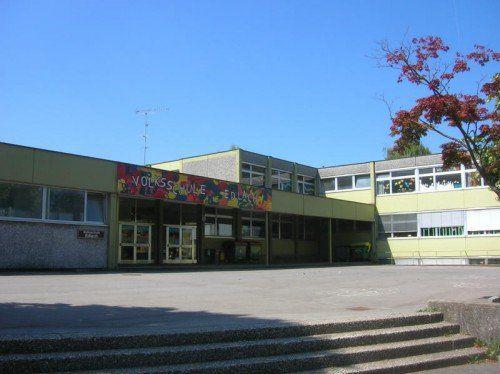 Die Tage der Volksschule Edlach sind gezählt: Im Februar wird das Gebäude abgerissen, um einem Neubau Platz zu machen. Foto: VN/Hagen