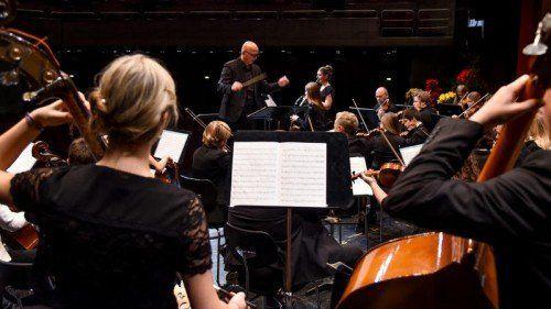 Erstmals unter der Leitung von Ivo Warenitsch: Jugendsinfonieorchester Dornbirn mit Solistinnen Clara Hofer und Judith Stark. Foto: VN/Lerch