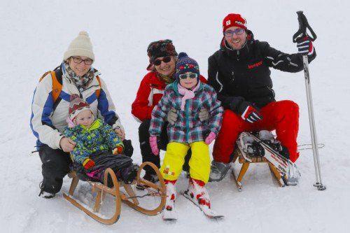 Familienskitag in Schetteregg: Johanna und Kathrin mit Mama Annette, Alexander sowie Oma Ulii.  Fotos: VN/RP