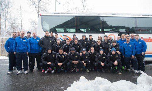 Fertig für die Abreise ins Trainingslager nach Side: Spieler, Trainer und Betreuer des Cashpoint SCR Altach. Fotos: rhomberg