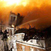Feuer zerstört über hundert Wohnungen