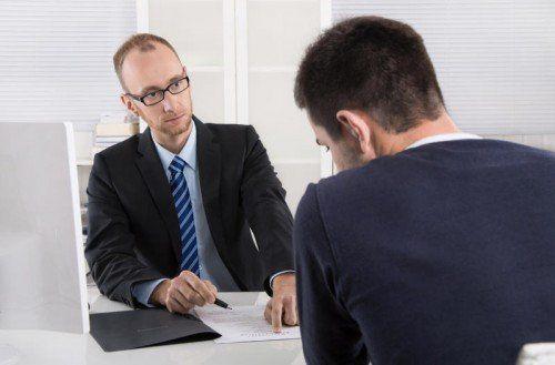 Herabwürdigendes Verhalten des Chefs kränkt – doch man kann sich dagegen wehren.