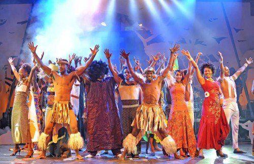 """In der neuen Mama-Afrika-Show """"Khayelitsha"""" fügen sich in rasanter Spielform aus Tanz, Gesang und Artistik kleine Szenen zu einem starken Gesamtbild zusammen. foto: showfactory"""