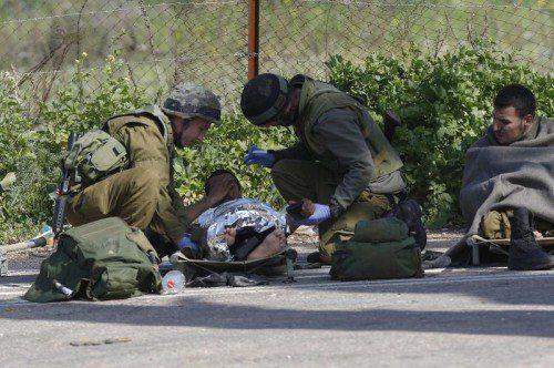 Israelische Soldaten versorgen verwundete Kameraden nach dem schweren Angriff der schiitischen Hisbollah aus dem Libanon.  FOTO: EPA