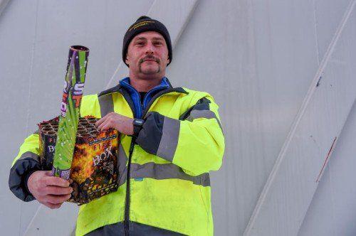 Jürgen Jeitler mit Feuerwerk-Überresten.  Foto: Lerch