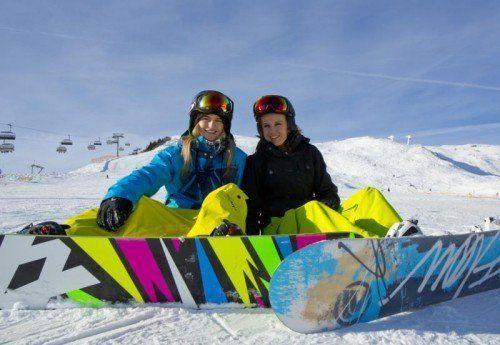 Katharina und Jessica freuen sich auf Neuschneezuwachs am Golm.  Foto: VN/Paulitsch