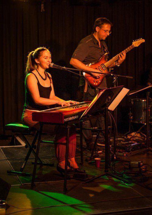 Live-Auftritte sind für die Sängerin Julia Zischg aus Fußach nach wie vor ein ganz besonderes Erlebnis. Foto: Martin Ströhle
