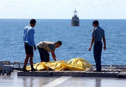 Marinetaucher fanden am Wochenende die Leiche einer Passagierin. Damit hat sich die Zahl der geborgenen Todesopfer auf 70 erhöht.  EPA