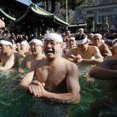 Beten im eiskalten Wasser in Tokio