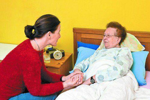 Menschen zu Hause zu pflegen, bedeutet enormen Einsatz, den einer Umfrage in Deutschland zufolge nur noch wenige auf sich nehmen wollen.