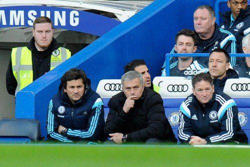 Nachdenklich nach dem Cup-Aus: Das Betreuertrio des FC Chelsea mit Chefcoach José Mourinho in der Mitte. Foto: epa