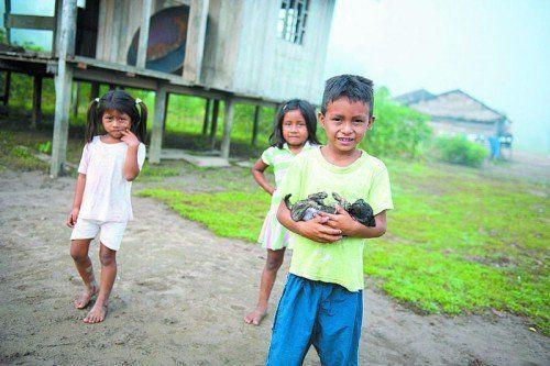 Noch heute gibt es im Amazonas indigene Völker, die hier unter einfachsten Verhältnissen leben.