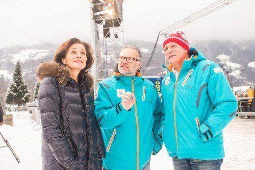Elmar Egg erklärt Bernadette Mennel die Schanzen. Foto: VN/Steurer