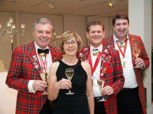 """""""Ore Ore""""-Präsident Mandy Strasser mit Heidi (l.) sowie Horst Lumper und Ballorganisator Walter Egle. Fotos: Juen"""