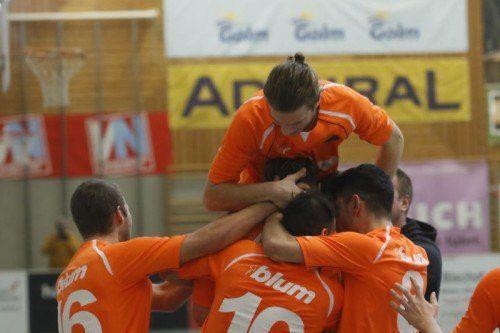 Die Spieler des FC Höchst feierten im vergangenen Jahr den Turniersieg beim Hallenmasters in Wolfurt.