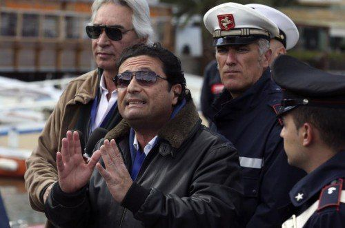 Schettino (vorne) ist mitschuldig am Tod von 32 Menschen.  Reuters