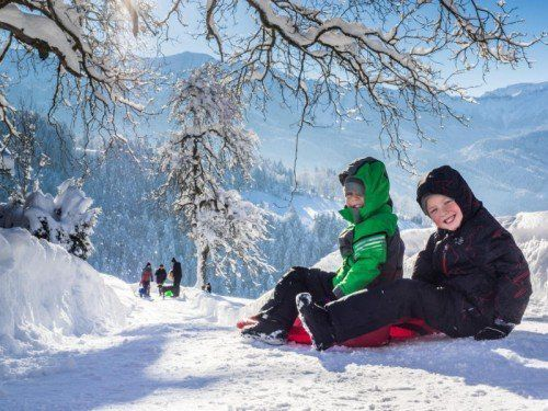 So schön kann Winter sein. Valentin und Max (von links) strahlen Am Schauner oberhalb von Dornbirn mit der Wintersonne um die Wette.  Foto: MK