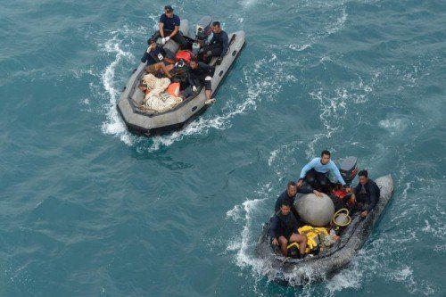 Taucher haben das AirAsia-Wrack am Grund der Javasee inspiziert. Doch die Suche nach den Blackboxes gestaltet sich schwierig.  Foto: EPA