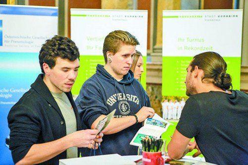 Turnusärztesprecher Dominik Griss (r.) im Gespräch mit einem Studenten auf der Wiener Jobmesse. Foto: Lukas Spitaler