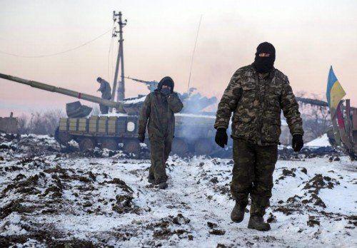 Während die Staatschefs Reden halten, halten ukrainische Soldaten auch am Neujahrstag die Stellung an der Front bei Donezk. FOTO: EPA