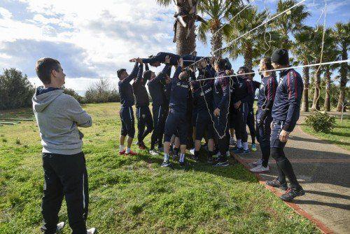 Altachs Kicker beim Teambuilding unter der Aufsicht von Mentalcoach Michael Prokop. Foto: gepa