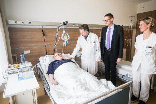 Besonderer Besuch für die ersten Patienten: Christian Bernhard mit Heinz Drexel beim Rundgang auf der Station.  Foto: VN/Steurer